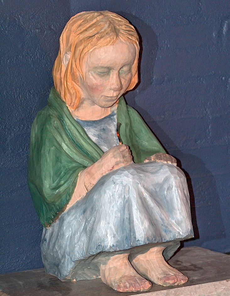 Træskulptur i H.C. Andersens Hus. Den lille pige med svovlstikkerne: Foto Lars Bjørnsten Odense 2004