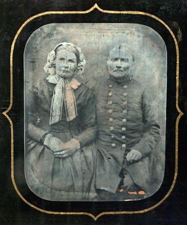 Fedder Carstens (1784-1874) og hustru Botille Carstens ( -1874. Fedder Carstens var lærer i jødeskolen i Munkemøllestræde, hvor H.C. Andersen gik i skole fra omkring år 1810. Daguerreotypi ca. 1855.