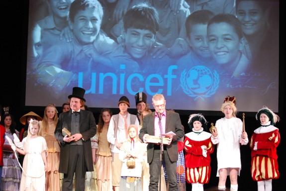 H.C. Andersen paraden overrakte et bidrag til UNICEF, der var repræsenteret ved folketingsmedlem Jan Johansen