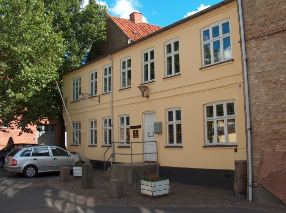 """Her lå Madam Kikkebusch's Gjæstgiveri """"Lille Postgaard"""", hvor H.C. Andersen tilbragte den første nat i Slagelse den. 26. oktober 1822"""
