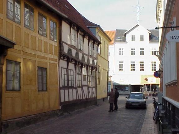 Fattigskolen i Odense er den hvide bindingsværksbygning til venstre i blilledet. Foto Lars Bjørnsten 2002