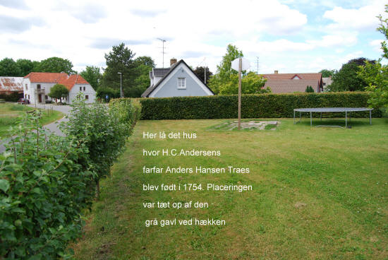 Her lå det hus, hvor H.C. Andersens farfar Anders Hansen Traes blev født i 1754. Placeringen var tæt op af den grå gavl ved hækken.