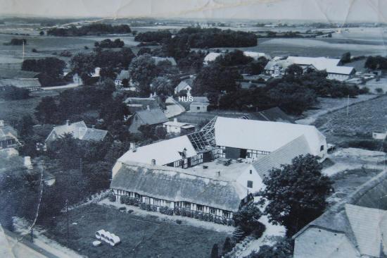 """Et ældre fotografi af en del af landsbyen Ålsboe. Stedet, hvor huset H.C. Andersens farfar er født i er markeret med """"HUS"""". Ukendt fotograf."""