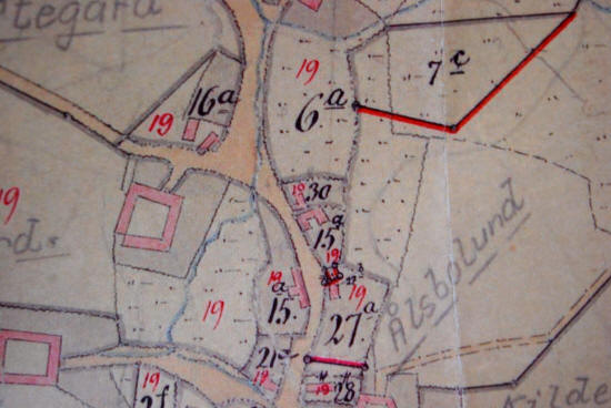 H.C. Andersens fars fødested er det hus, der ligger ovenfor det 15 der er til højre for vejen ovenover er der et andet hus og til højre for det står 30. Til venstre ses et udsnit med skitse af huset.
