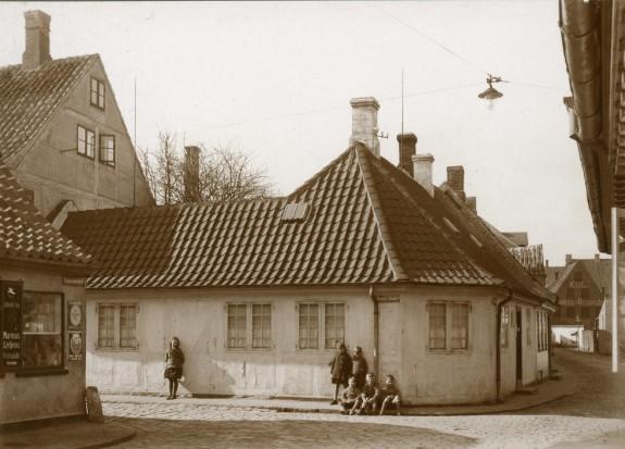 H.C. Andersens Hus, hjørnet af Bangs Boder og Hans Jensens Stræde. En flok børn står på fortovet ved huset. Kilde: Odense Bys Museer.