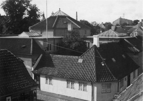 H.C. Andersens Hus, Hans Jensens Stræde, Odense. Et kig ind over tagene. Bygningen med kuppelsalen ses tydeligt. Kilde: Odense Bys Museer