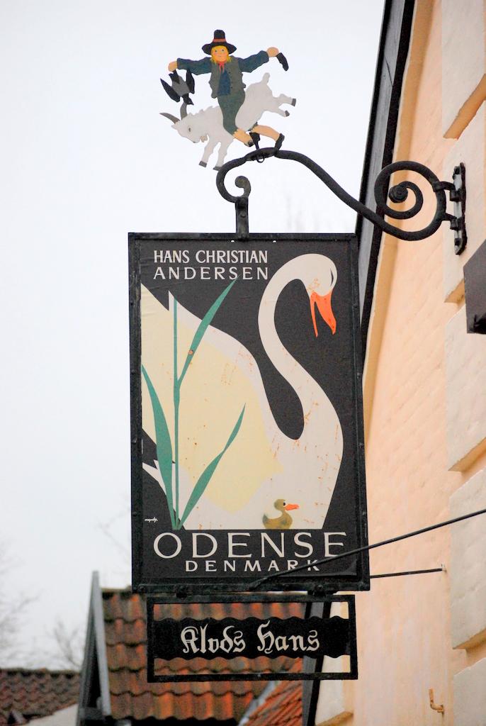 Et smukt skilt, set i Hans Jensens Stræde i Odense skråt overfor H.C. Andersens Hus