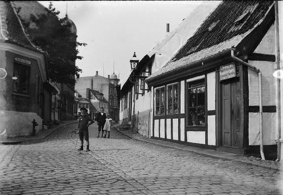 Munkemøllestræde. Her lå Carstens' drengeskole Kilde: Odense Bys Museer (1905)