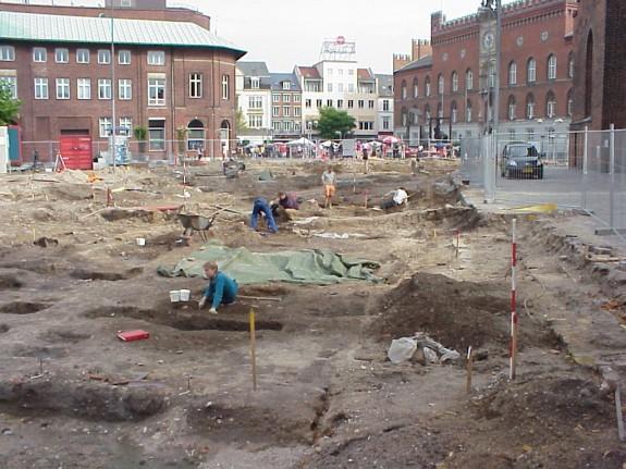 Udgravningerne på Klingenberg ved Sct. Knuds Kirke 19. august 2000. Foto: Lars Bjørnsten Odense 2000