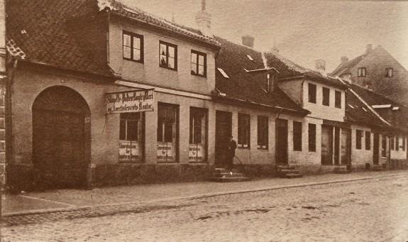 Slagelse Latinskole i 1901. Fotograferet før nedrivningen i 1901. Set i H.C. Andersens Hus . Foto Lars Bjørnsten 2002