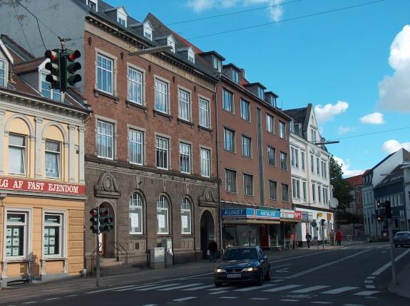 Slagelse Latinskole havde til huse i Bredegade nr.4-6 i Slagelse (ejendommene er de to bygninger, lige til højre for den gule bygning) Porten midt i billedet er indgang til nr. 6. i dag. Ejendommen i Bredegade 6 købtes senere af enkefru Santin, som i 1874 solgte den til Sparekassen for Slagelse og Omegn.  I 1902 rev sparekassen den gamle bygning ' ned og byggede en ny monumental sparekasse på grunden, hvor den gamle latinskole havde ligget. H.C. Andersen gik i latinskolen i Slagelse fra 1822 -1825.