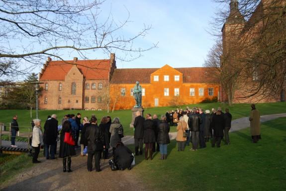 Kransenedlæggelse i H.C. Andersen Haven - Eventyrhaven i Odense i anledning af H.C. Andersens 207 års fødselsdag