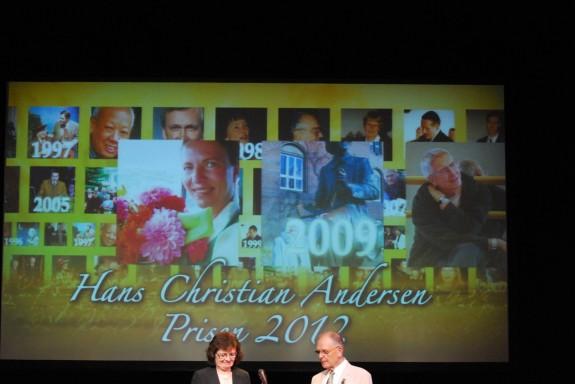 Susanne Wiese Kristensen og et andet komitemedlem byder velkommen