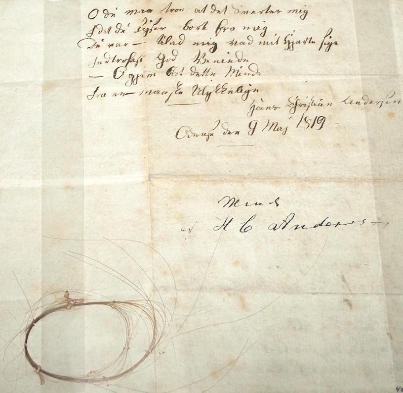 Hårlok af H.C. Andersen, da han var 14 år gammel. ( 9. maj 1819). Givet som gave til Madam Bertelsen i Odense den 8. maj 1819 sammen med et digt