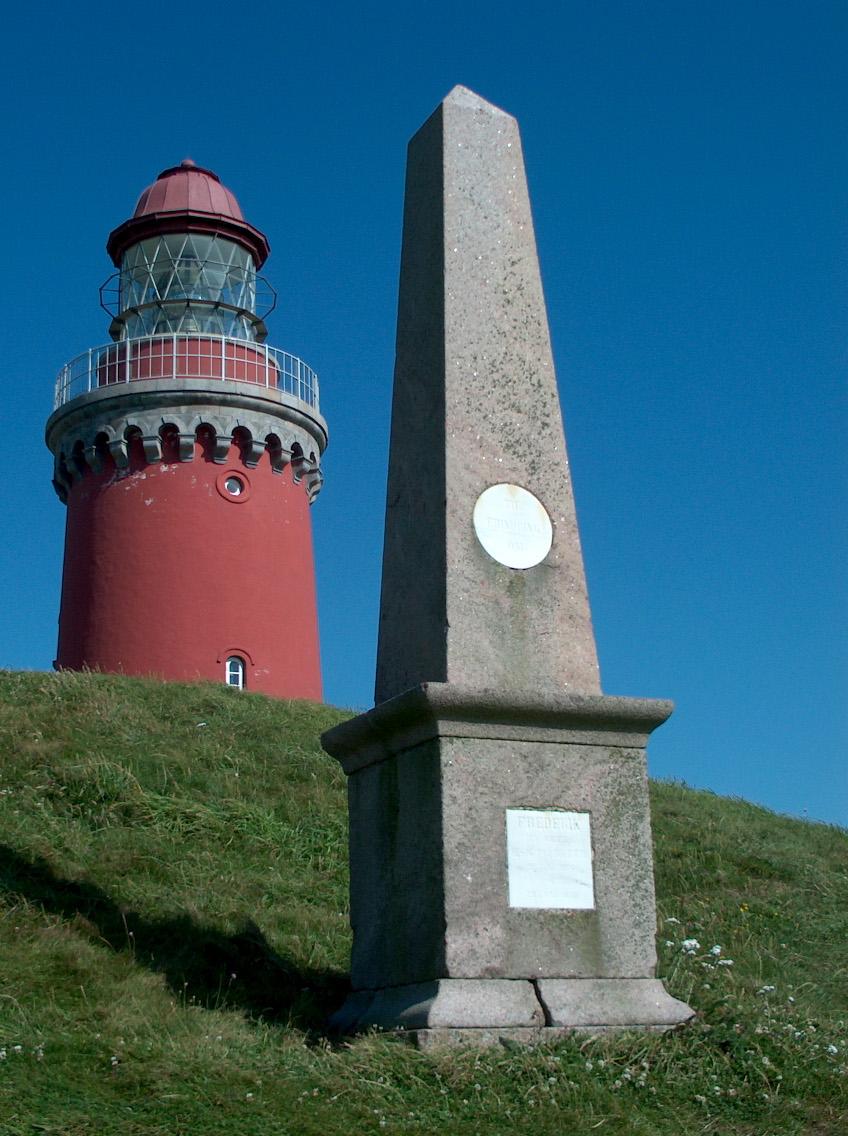 """Ved Bovbjerg Fyr ligger en bronzealderhøj kaldet """"Hesthøj"""" med en obelisk som mindesmærke for Kong Frederik den VI's besøg på Bovbjerg i 1826 og 1830. Foto Lars Bjørnsten 21. juli 2003"""