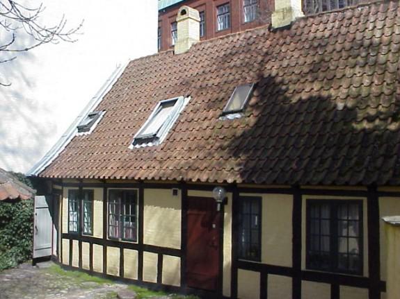H.C.Andersens barndomshjem Munkemøllestræde i Odense. Billedet er taget fra havesiden og ud mod Munkemøllestræde. I ejendommen bor også Familien Köcker og Familien Schenk