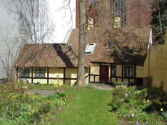 H.C.Andersens barndomshjem Munkemøllestræde i Odense. Billedet er taget fra havesiden og ud mod Munkemøllestræde. Det er ikke det oprindelige udhus der er på fotografiet