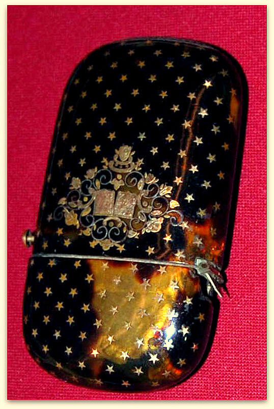 Det lille etui, så er skænket Odense Bys Museer af Melchior-familien (Helga og Louise Melchior) i 1906. Det er lavet af skildpadde med indlagte små stjerner uden om et ornament med to våbenskjolde. Hvornår H.C.Andersen modtog dette etui, og hvad han brugte det til vides ikke.