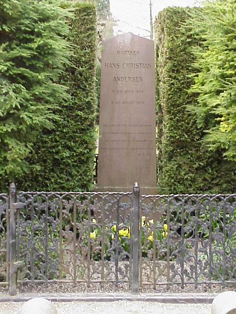 H.C. Andersens gravsten. Foto Lars Bjørnsten