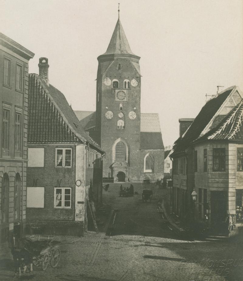 Lille Torv i Aarhus. Set mod Domkirken. Kilde Aarhus Bymuseum