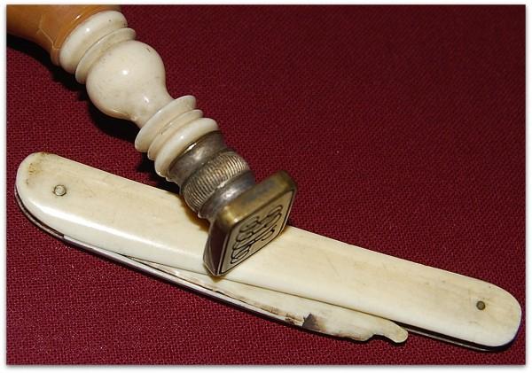H.C.Andersens slidte papirkniv og signet . Papirkniven er lavet af ben. Hans Christian Andersen's paper knife and signet Foto: Lars Bjørnsten Odense