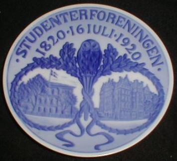 På billedet ses Studenterforeningens bygninger i København i den 100 årige periode. Foto: Jammerantik.dk  Platte udgivet af Royal Copenhagen i anledning Studenterforeningens 100-års jubilæum. 1820 - 1920. 16 juli.