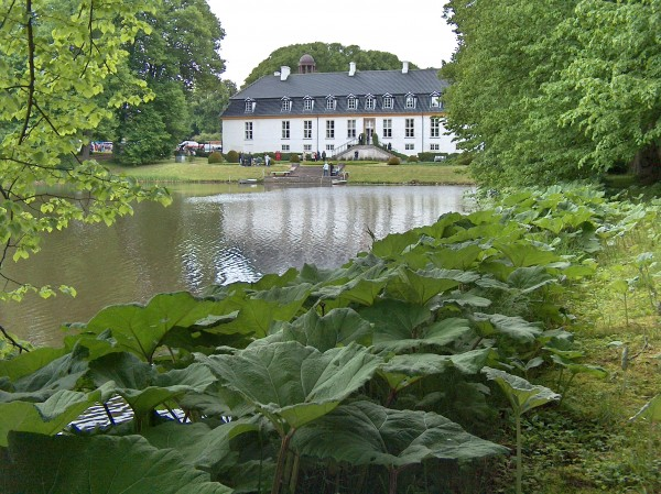 Sandsynligvis er den herregård der tænkes på i historien Herregården Glorup på Østfyn.   Foto: Lars Bjørnsten 5. juni 2006.