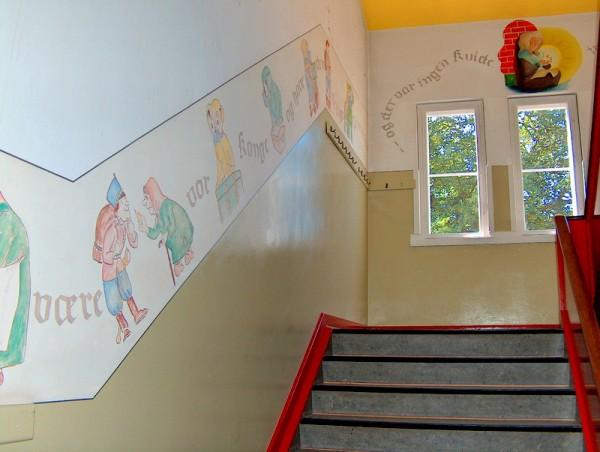 Frise med H.C. Andersens eventyr på Bogense Skole