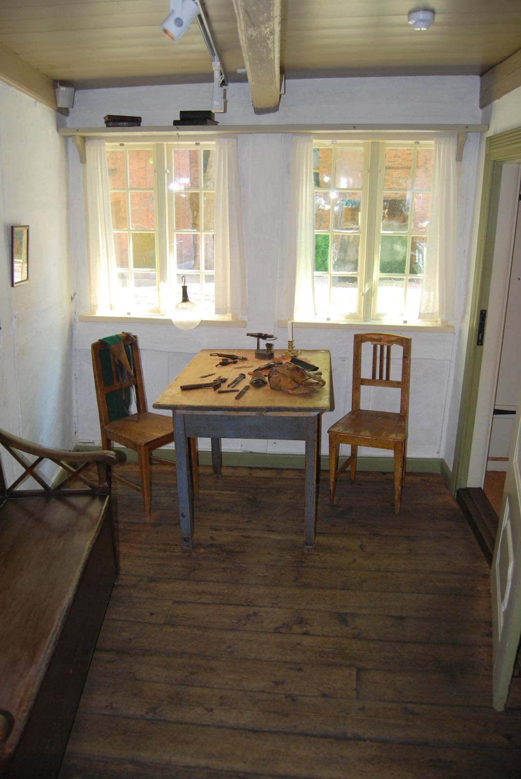 Fotoet viser  H.C. Andersens originale barndomshjem i Munkemøllestræde Nr. 3 i Odense. Det lille skomagerværksted ved vinduerne vendte ud mod  Munkemøllestræde. Her boede H.C. Andersen fra maj 1807 til 4. september 1819, hvor han rejse til København.