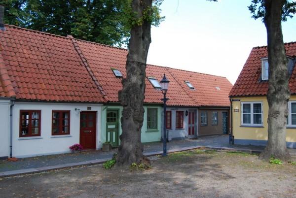 Måske boede H.C. Andersens mormor i et af de her småhuse på Torvet i Bogense. Foto Lars Bjørnsten 2008